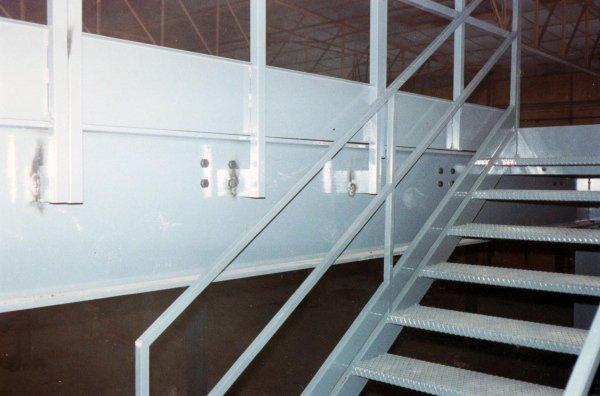 porta pallet con piano superiore a soppalco