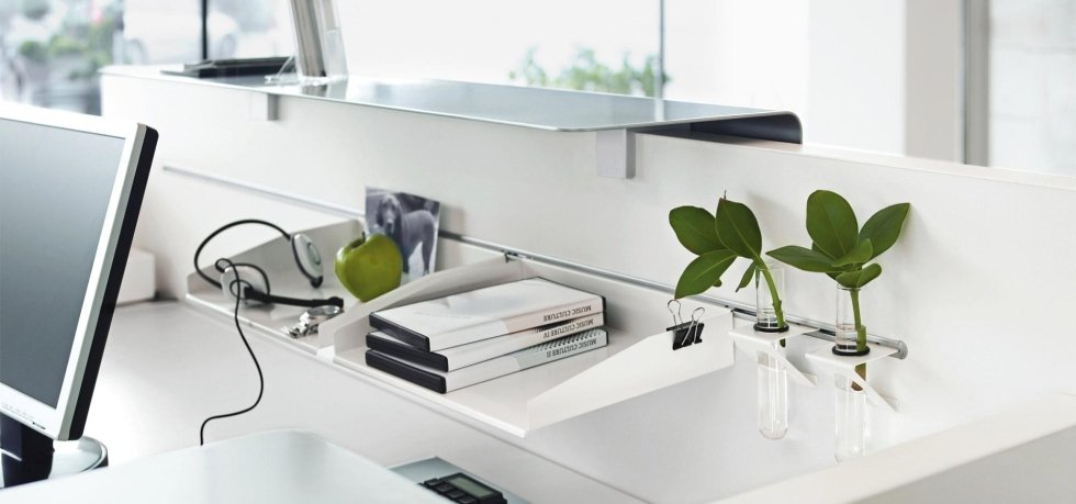 oggetti e laptop sopra la scrivania
