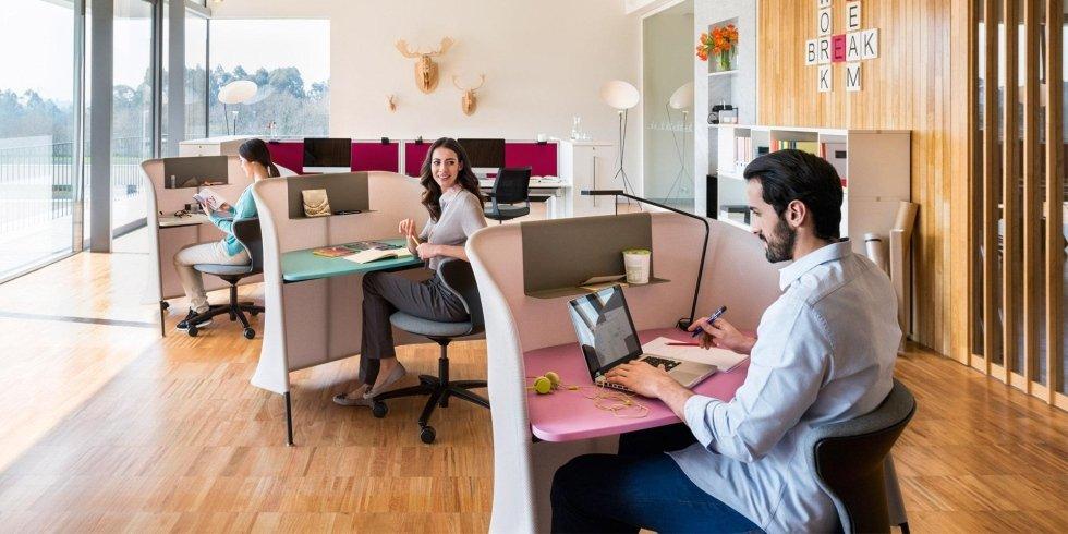 operatore lavora su un tavolo da lavoro singolo