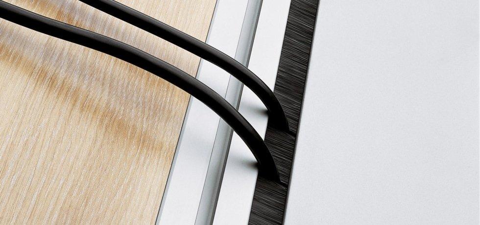 collegamenti per cavi in una scrivania