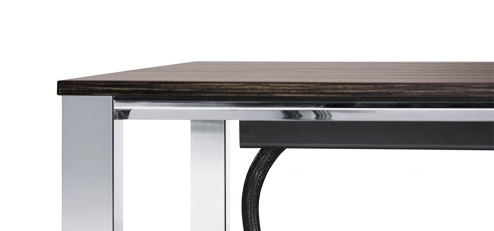 primo piano di una scrivania in legno