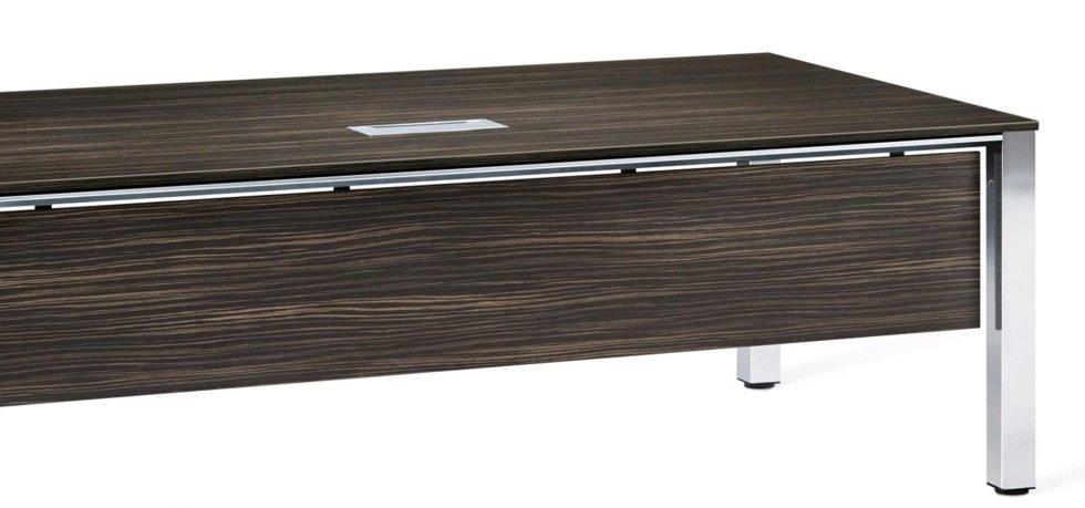 vista frontale di una scrivania color legno scuro