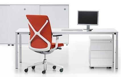 scrivania con sedia rossa