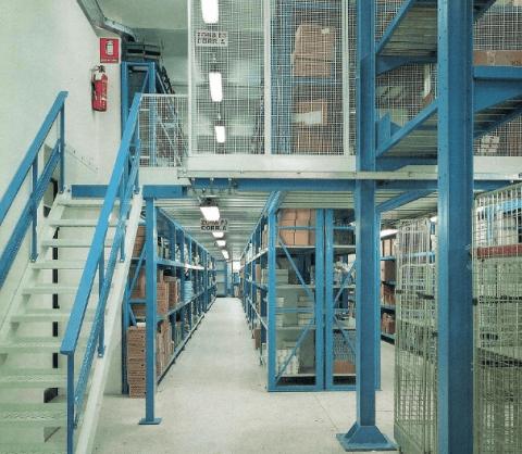 impianto scaffali con passerella a quota 3 metri