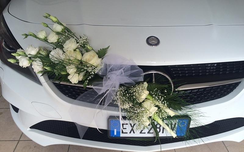 Decorazione floreali auto sposi