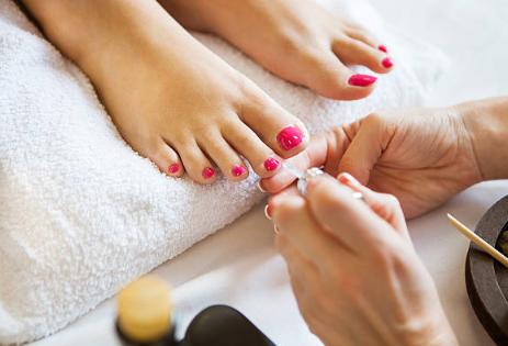 pedicure e applicazione smalto colorato ai piedi