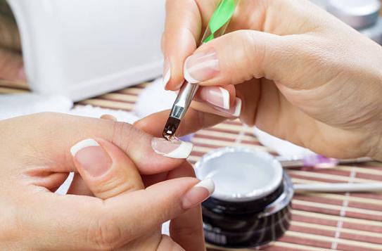 Ricostruzione unghie delle mani con tecnica gel