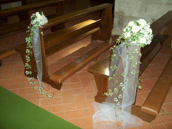 decorazioni floreali su panche della chiesa