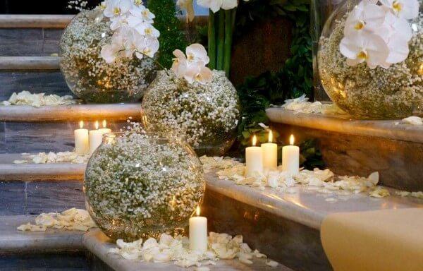 decorazione con candele e petali