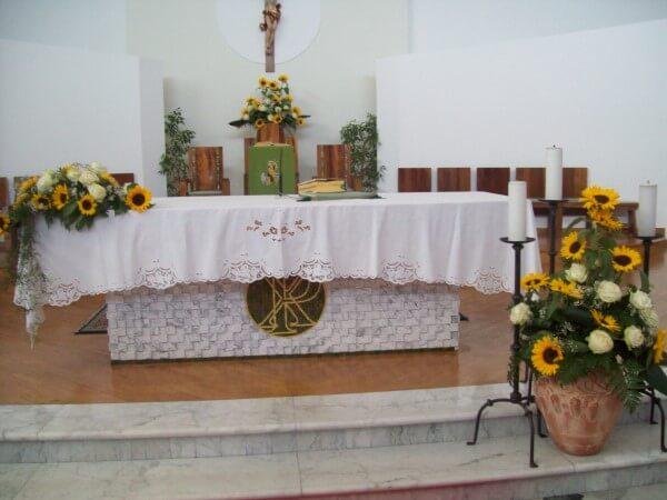 chiesa decorata con girasoli