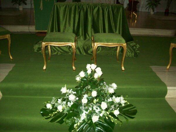 tappeto verde e decorazioni floreali per matrimonio