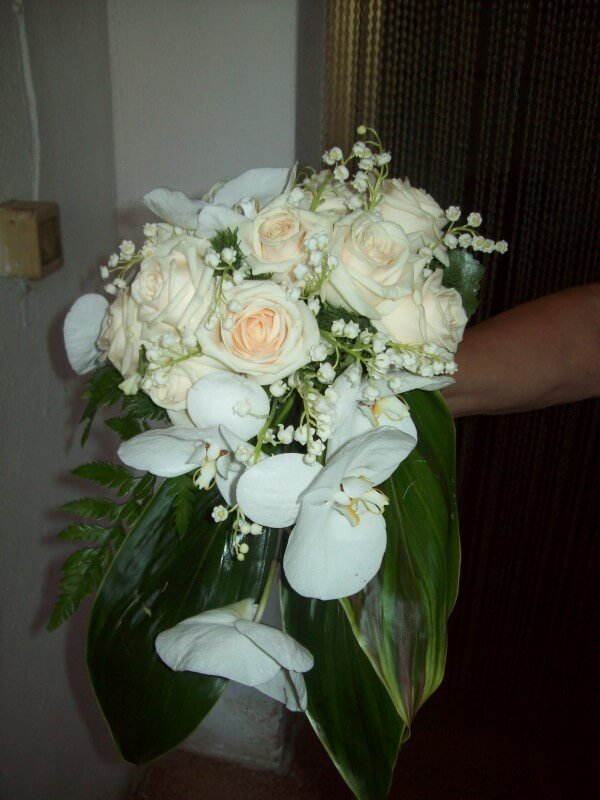 bouquet con rose bianche e orchidee