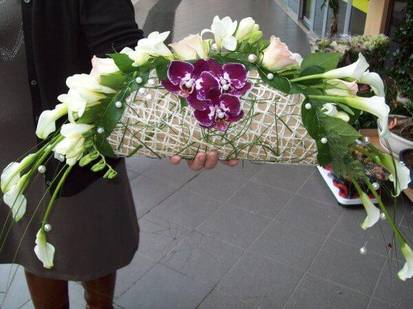 bouquet con orchidee viola e fiori bianchi