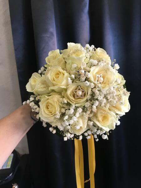 bouquet di rose bianche e velo da sposa con nastro color oro