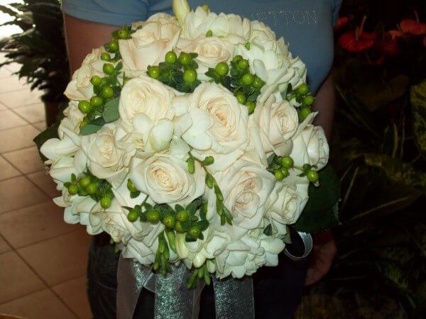 bouquet con rose beige e piccoli fiori verdi