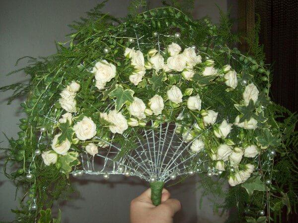 bouquet a ventaglio con fiori su estremita'