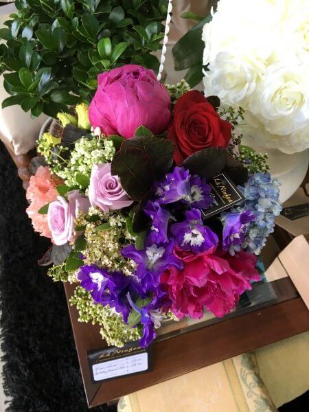 bouquet di fiori rossi rosa e viola