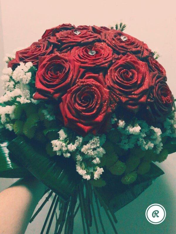 rose rosse con brillantino centrale