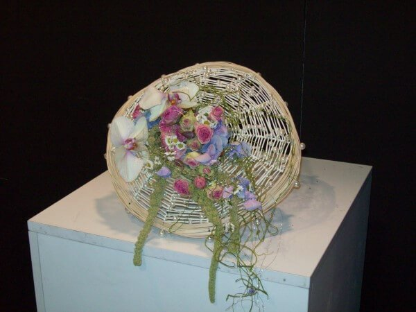 composizione di fiori di campagna in cestino di legno