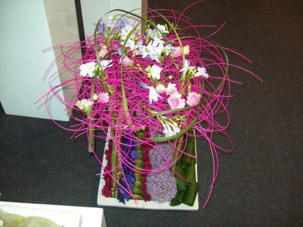 bouquet con materiale fucsia