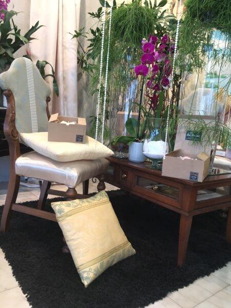 Poltrona e tavolino in legno con cuscini