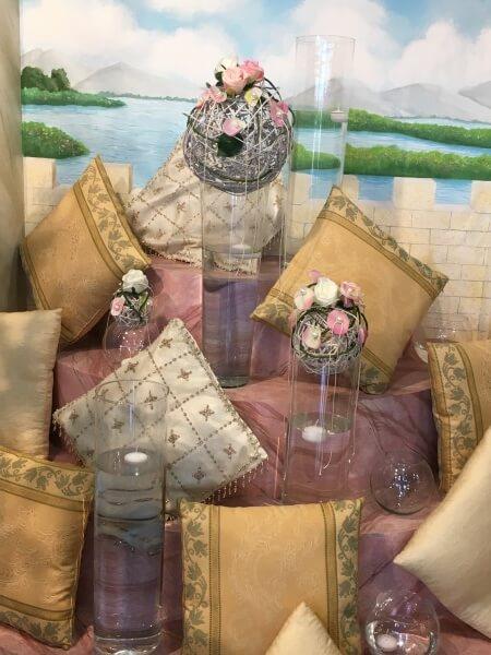 cuscini e decorazioni floreali