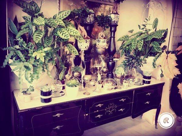 mobile d'epoca con piante e candelabri