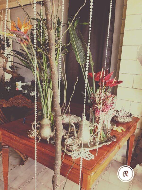 tavolino con servizio da the e fiori