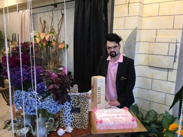 torta rosa su tavolo e fiori