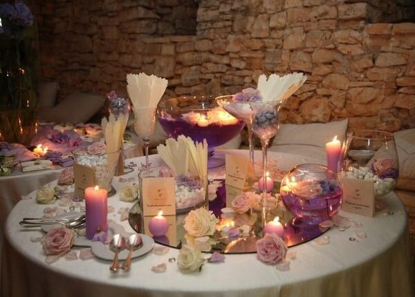 confettata con candele color lilla e rose