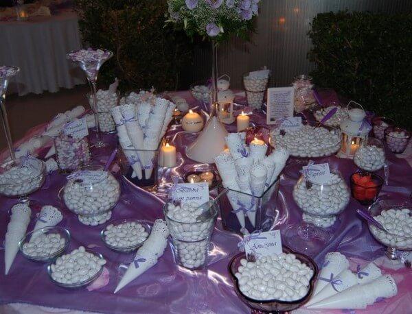 confettatata bianca su tovaglia viola
