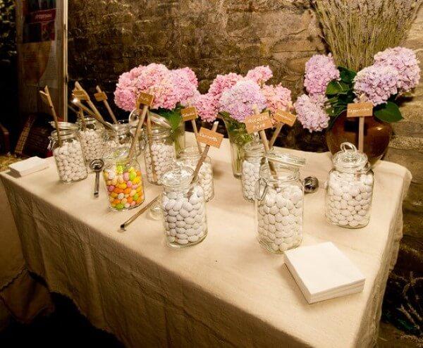 confettata con confetti bianchi e fiori rosa