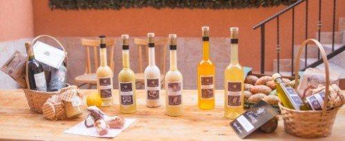 bottiglie di olio di oliva e liquori