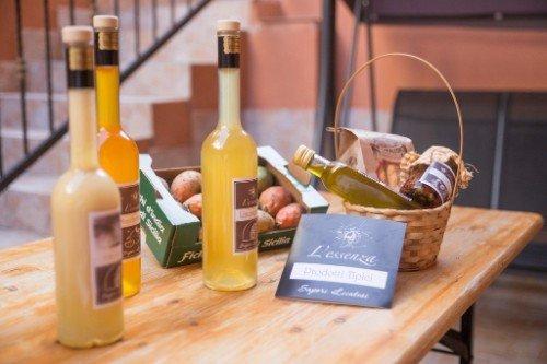 cestino di benvenuto con bottiglie di liquore e olio di oliva