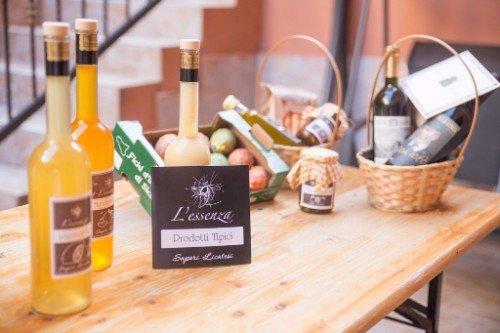 un tavolo con bottiglie di liquori, della frutta e delle bottiglie di vino