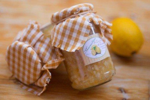 due vasetti di marmellata al limone