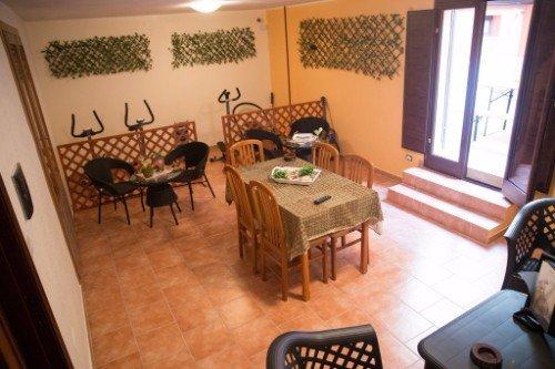 una sala con dei tavoli e degli attrezzi ginnici