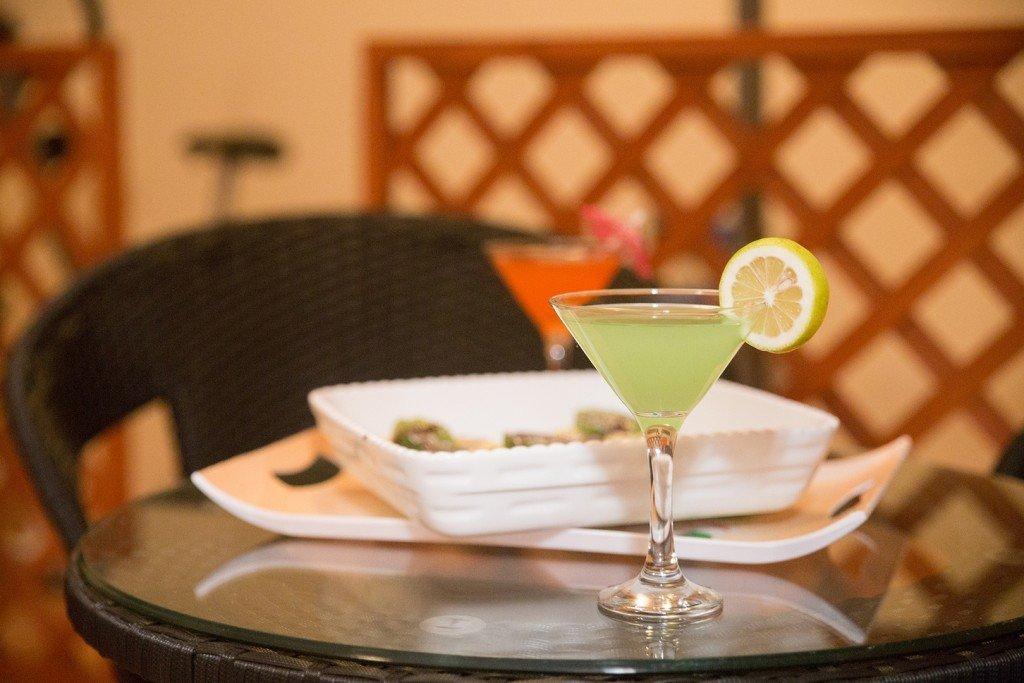 un tavolo con cibo e cocktail