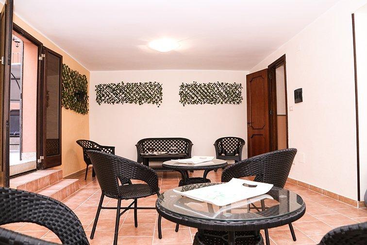 un divano, dei tavolini e sedie di color nero