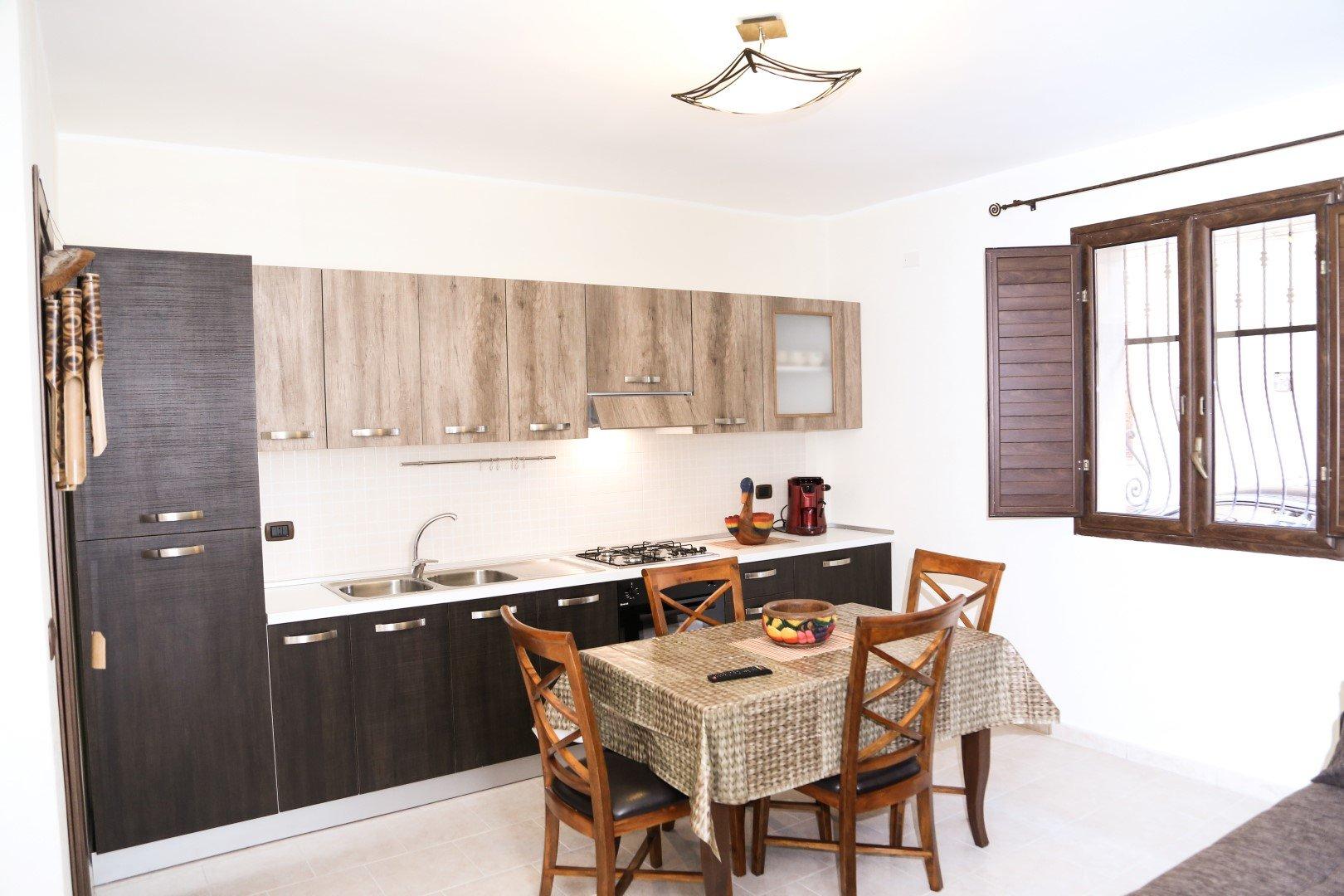 una cucina moderna e un tavolo