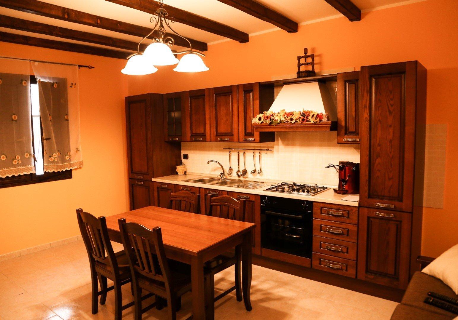 una cucina in legno e un tavolo