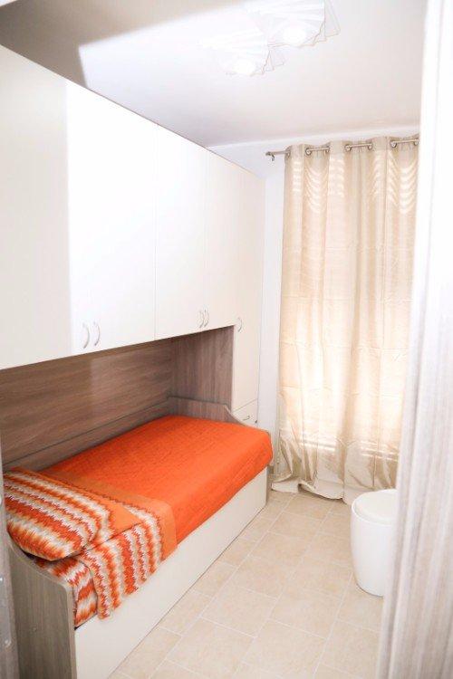 una cameretta con un letto singolo