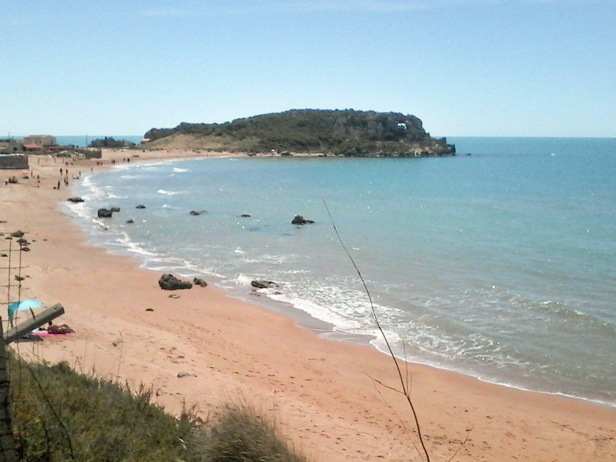 una spiaggia e mare azzurro
