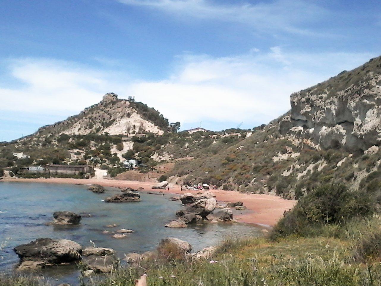 una spiaggia tra due colline