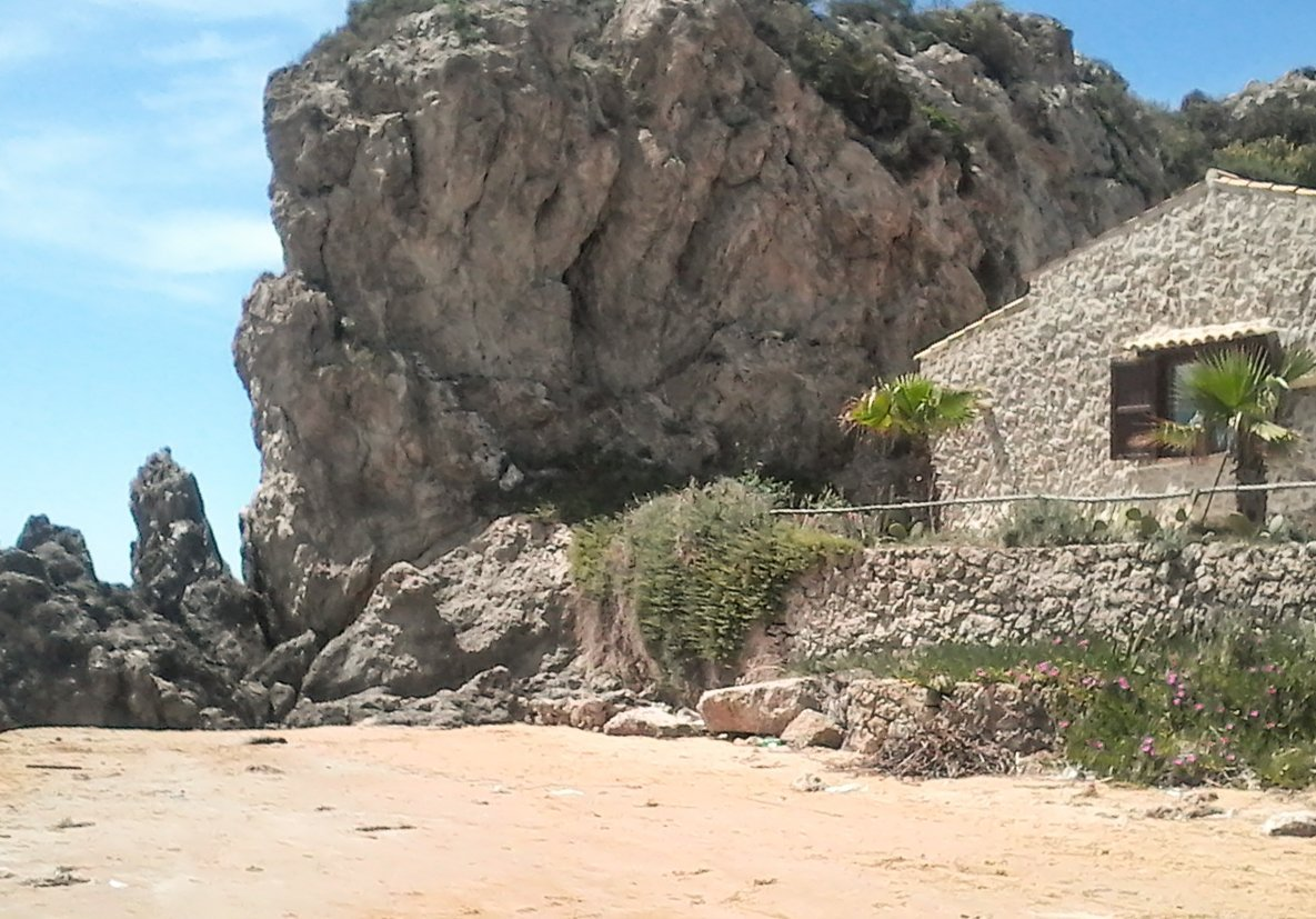 casa in pietra vicino gli scogli