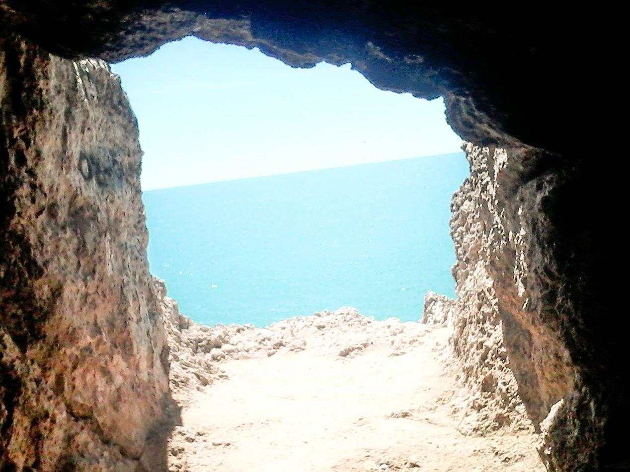 vista del mare da una grotta