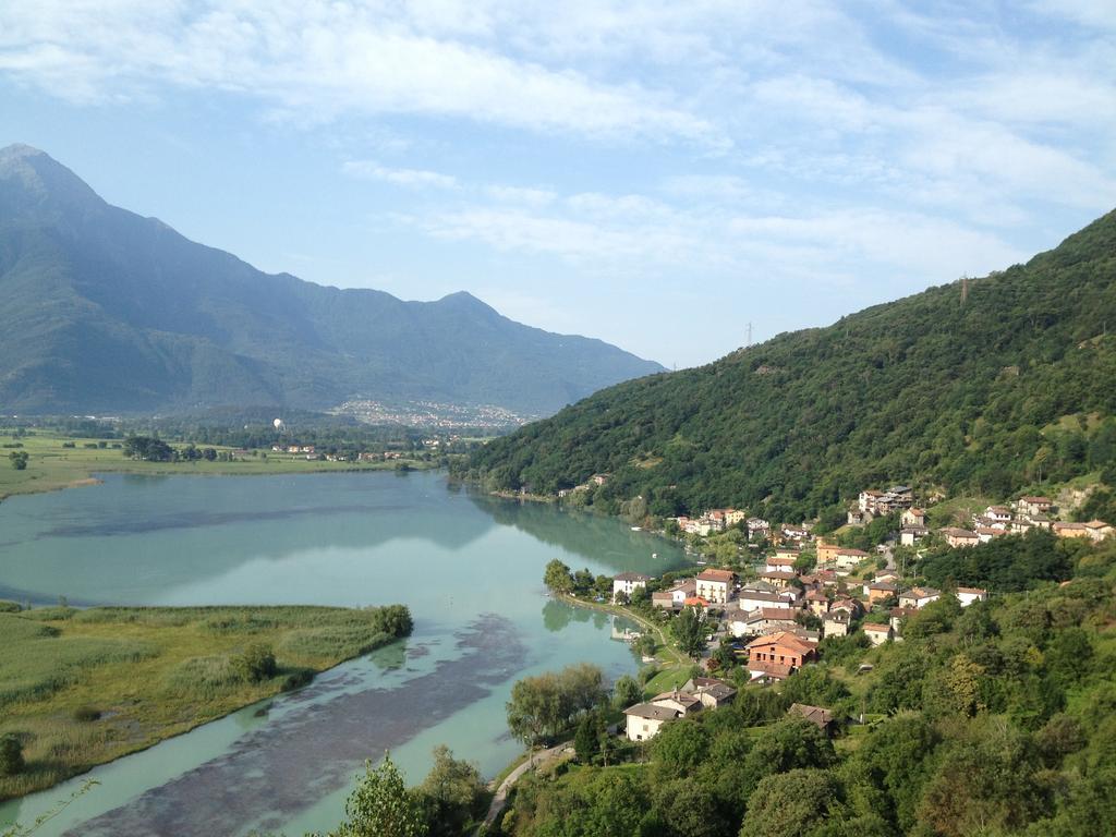 vista di una città accanto a un lago e delle colline