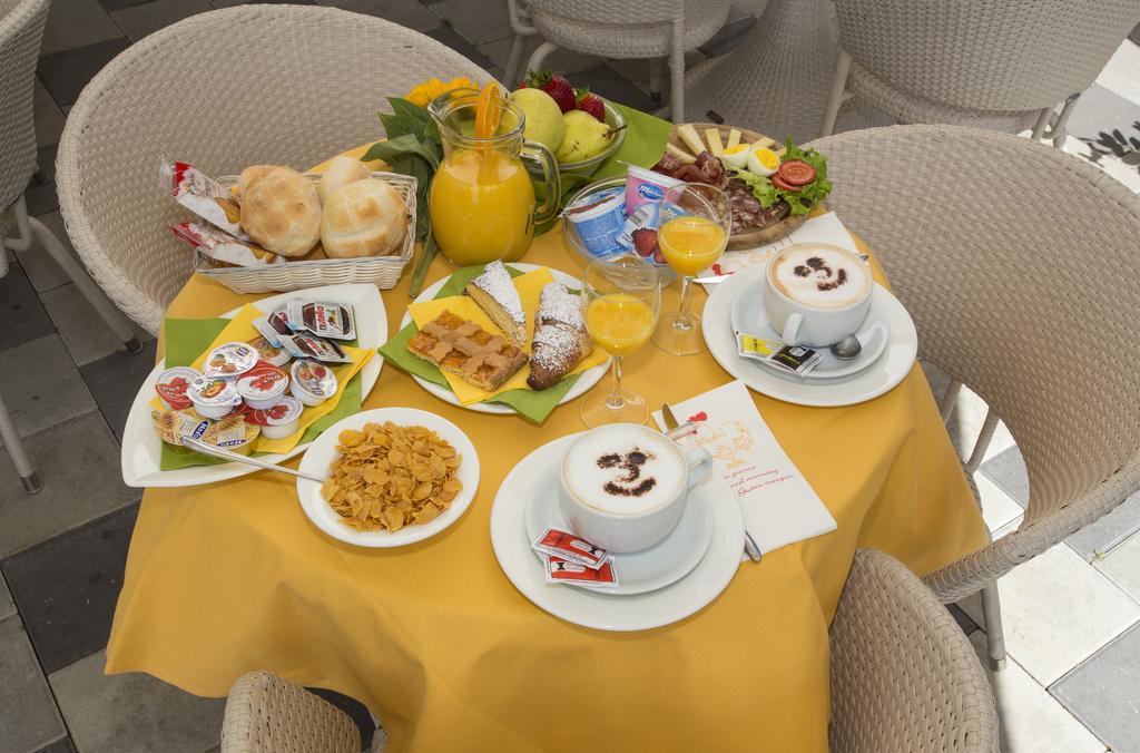 un tavolo con due tazze di cappuccino e un vassoio di frutta