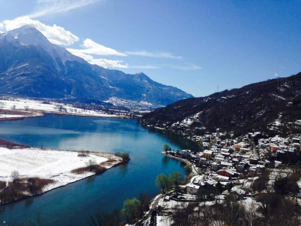 visto dall'alto di una città con la neve, il lago e le montagne
