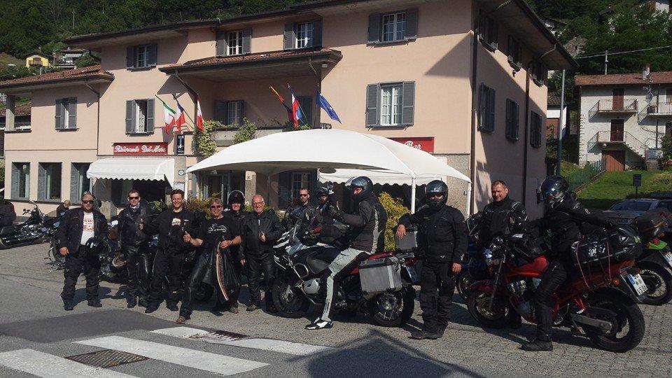 dei motociclisti all'esterno di un albergo
